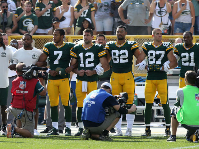 Bears, Packers teams and fans stand united during national anthem